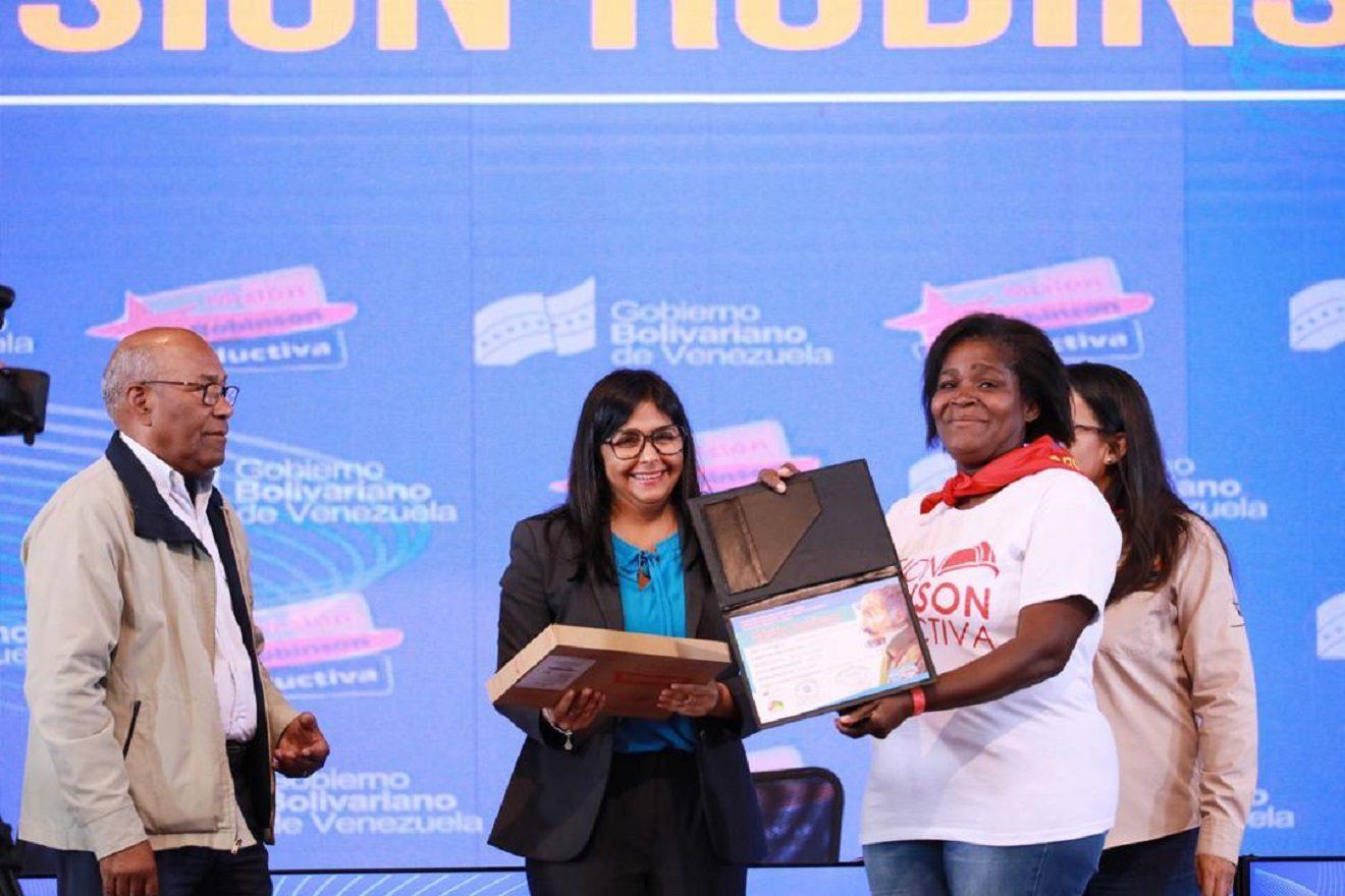 Venezuela gradúa 63 mil 454 vencedores de Misión Robinson